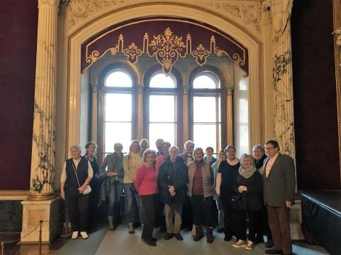 """Mitglieder des Schlossvereins vor der Schabracke am """"alten"""" Platz"""
